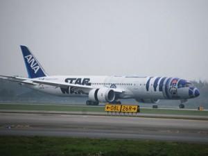 羽田からバンクーバーに到着した「R2-D2 ANAジェット」