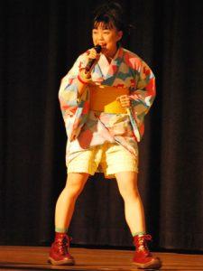 14歳の頃の浴衣を衣装として着こなし、元気いっぱいのパフォーマンスを披露する前田由紀さん