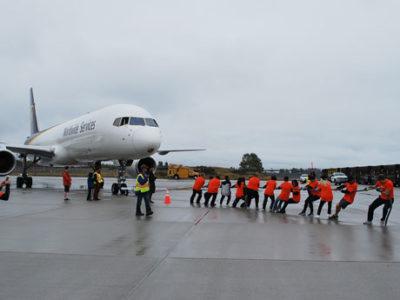 バンクーバーで飛行機と綱引きイベント 慈善団体のファンドレージングで