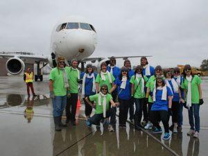 お揃いの仮装で一致団結して飛行機との綱引きに臨むチームも
