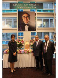 妻の寿々子さん、弟の大橋哲也さん、ビジネスパートナーのゴードン門田さん(左から)(
