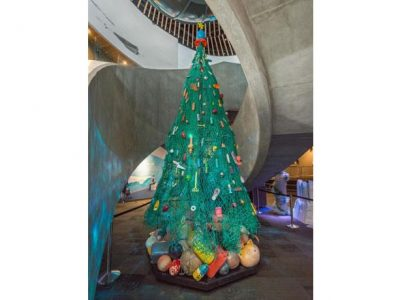 バンクーバー水族館にサンタクロース姿のダイバー登場 ホリデー企画の一環で