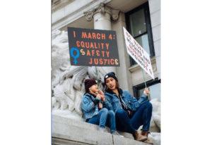 バンクーバーでもウイメンズマーチ 若い世代が女性の権利主張する