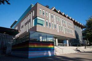 ブリティッシュコロンビア大学にレインボー壁 LGBTQ含む全ての人を歓迎